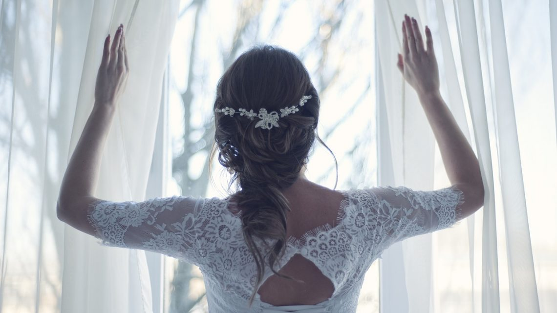 Tips for the perfect bridal neckline